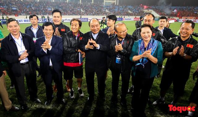 Thủ tướng, Chủ tịch Quốc hội xuống sân chúc mừng chiến thắng của đội tuyển U23 Việt Nam - Ảnh 6.