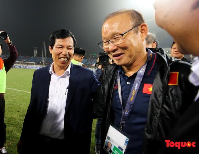 Thủ tướng, Chủ tịch Quốc hội xuống sân chúc mừng chiến thắng của đội tuyển U23 Việt Nam - Ảnh 7.
