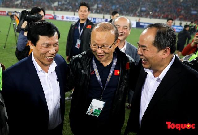 Thủ tướng, Chủ tịch Quốc hội xuống sân chúc mừng chiến thắng của đội tuyển U23 Việt Nam - Ảnh 8.