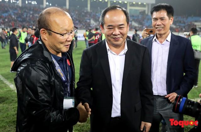 Thủ tướng, Chủ tịch Quốc hội xuống sân chúc mừng chiến thắng của đội tuyển U23 Việt Nam - Ảnh 9.