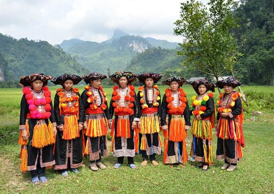"""Bảo tồn, phát huy trang phục truyền thống cácDân tộc thiểu số: Đừng để """"nét riêng"""" các dân tộc mất đi theo người già - Ảnh 2."""