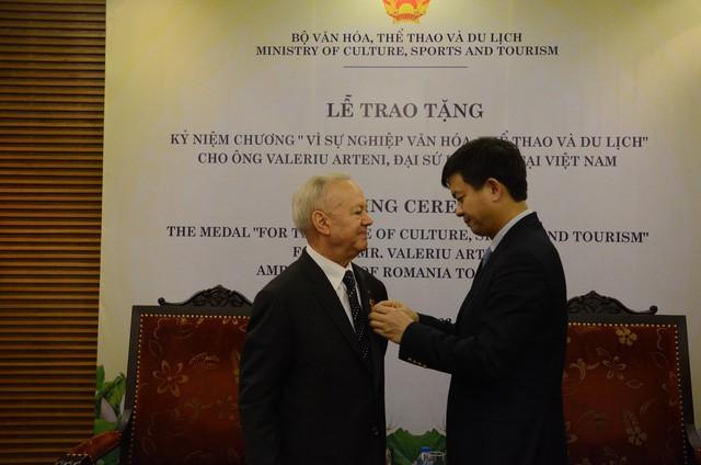 Thứ trưởng Lê Quang Tùng trao tặng Kỷ niệm chương cho Đại sứ Rumani tại Việt Nam - Ảnh 1.