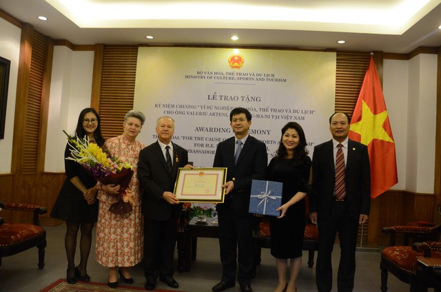 Thứ trưởng Lê Quang Tùng trao tặng Kỷ niệm chương cho Đại sứ Rumani tại Việt Nam - Ảnh 3.