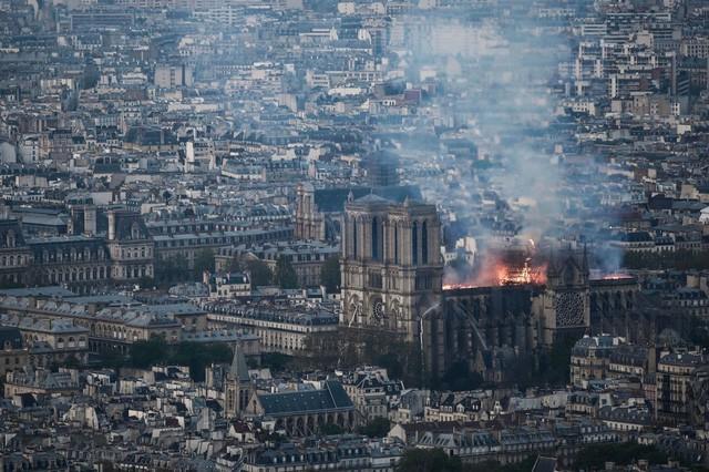 Biểu tượng văn hóa và tôn giáo của thủ đô Paris, Nhà thờ Notre Dame chìm trong biển lửa - Ảnh 1.