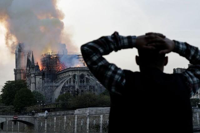 Biểu tượng văn hóa và tôn giáo của thủ đô Paris, Nhà thờ Notre Dame chìm trong biển lửa - Ảnh 10.