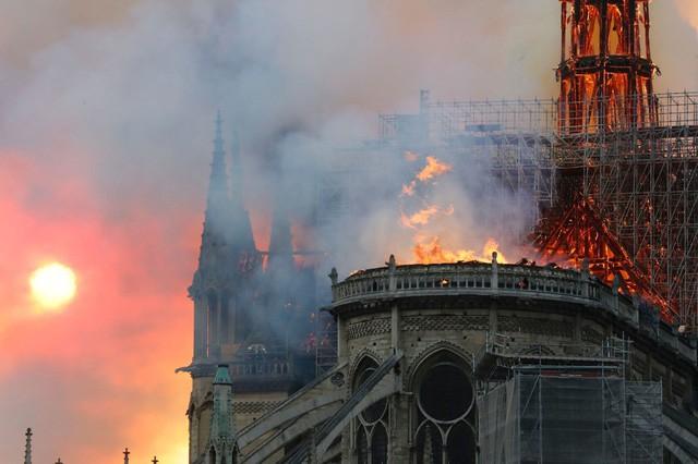 Biểu tượng văn hóa và tôn giáo của thủ đô Paris, Nhà thờ Notre Dame chìm trong biển lửa - Ảnh 11.