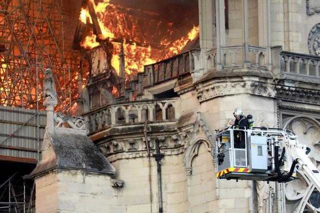 Biểu tượng văn hóa và tôn giáo của thủ đô Paris, Nhà thờ Notre Dame chìm trong biển lửa - Ảnh 2.