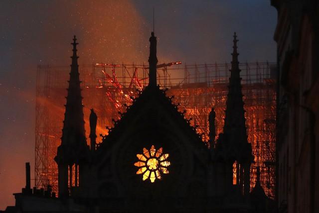 Biểu tượng văn hóa và tôn giáo của thủ đô Paris, Nhà thờ Notre Dame chìm trong biển lửa - Ảnh 3.