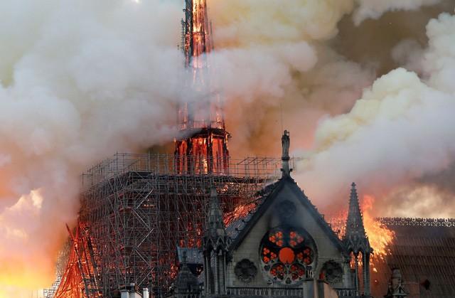 Biểu tượng văn hóa và tôn giáo của thủ đô Paris, Nhà thờ Notre Dame chìm trong biển lửa - Ảnh 4.