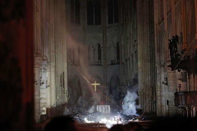 Biểu tượng văn hóa và tôn giáo của thủ đô Paris, Nhà thờ Notre Dame chìm trong biển lửa - Ảnh 5.