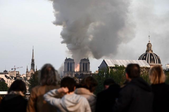 Biểu tượng văn hóa và tôn giáo của thủ đô Paris, Nhà thờ Notre Dame chìm trong biển lửa - Ảnh 6.