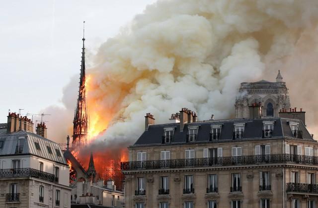 Biểu tượng văn hóa và tôn giáo của thủ đô Paris, Nhà thờ Notre Dame chìm trong biển lửa - Ảnh 7.