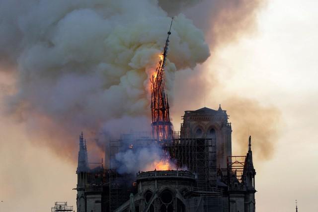 Biểu tượng văn hóa và tôn giáo của thủ đô Paris, Nhà thờ Notre Dame chìm trong biển lửa - Ảnh 8.