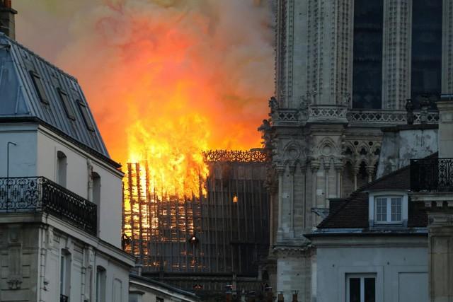 Biểu tượng văn hóa và tôn giáo của thủ đô Paris, Nhà thờ Notre Dame chìm trong biển lửa - Ảnh 9.