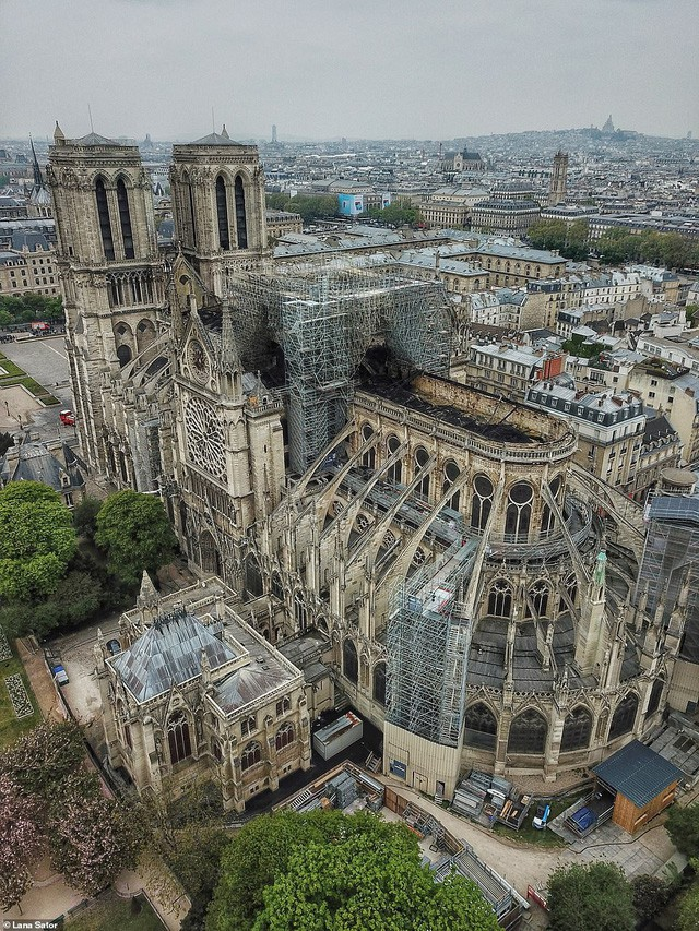 Choáng với mức độ thiệt hại của Nhà thờ Đức Bà trong loạt ảnh mới công bố - Ảnh 1.