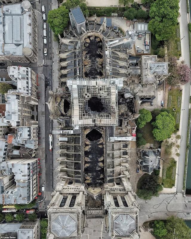 Choáng với mức độ thiệt hại của Nhà thờ Đức Bà trong loạt ảnh mới công bố - Ảnh 2.