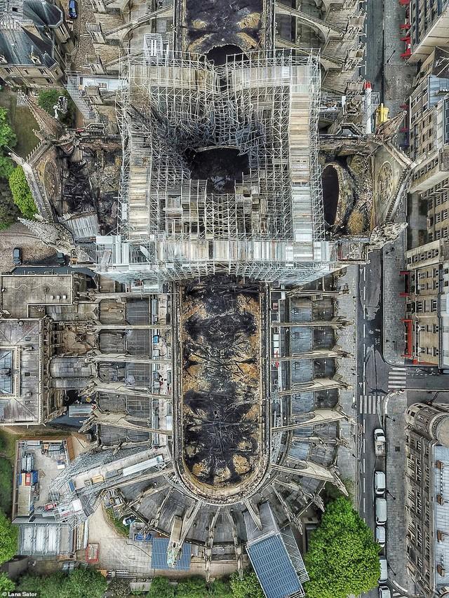 Choáng với mức độ thiệt hại của Nhà thờ Đức Bà trong loạt ảnh mới công bố - Ảnh 3.