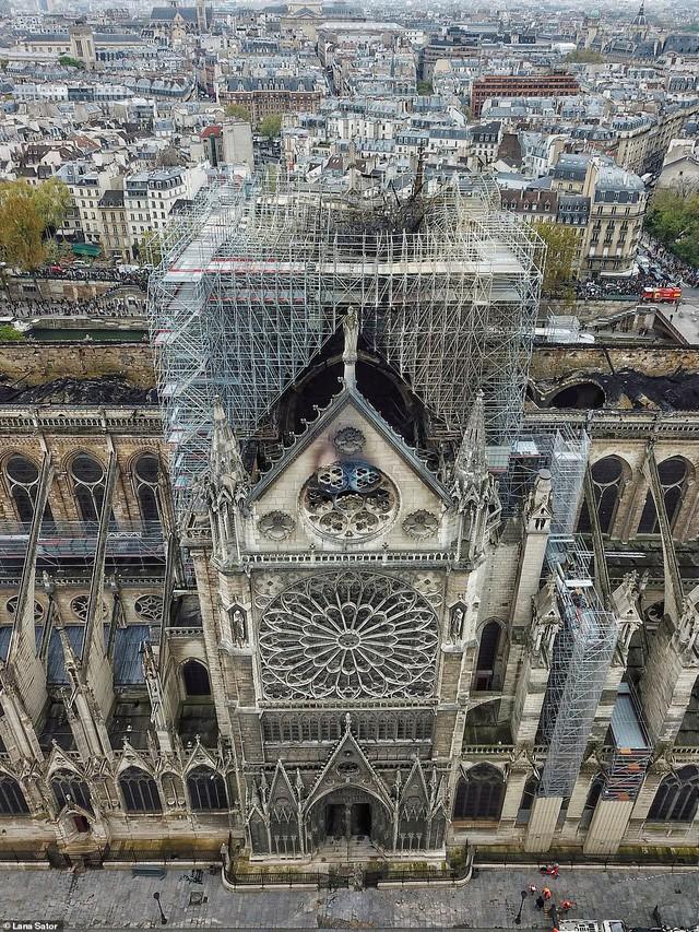 Choáng với mức độ thiệt hại của Nhà thờ Đức Bà trong loạt ảnh mới công bố - Ảnh 4.