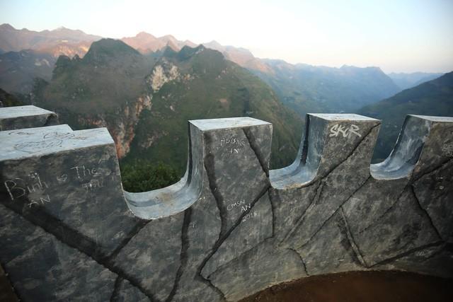 Không thể buồn hơn khi những quả bưởi trong ngôi chùa cổ nhất Hà Nội bị vẽ bậy - Ảnh 7.