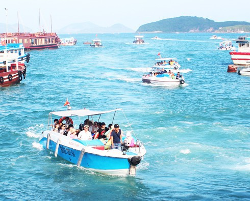 Khánh Hòa: Cấm tàu ra biển nếu du khách không mặc áo phao - Ảnh 1.