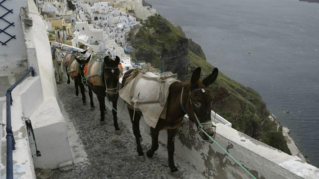Thiên đường Santorini: Cân nhắc du khách về loại phương tiện phổ biến nhất - Ảnh 1.