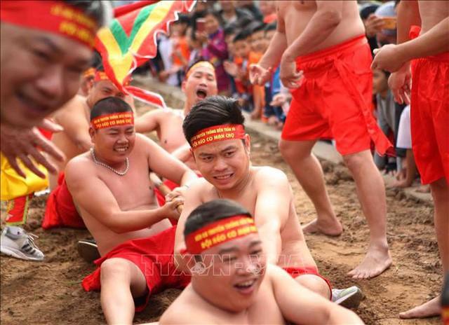 Nghi lễ kéo co ngồi truyền thống đền Trấn Vũ đón bằng  ghi danh của UNESCO là di sản văn hóa phi vật thể đại diện của nhân loại - Ảnh 1.