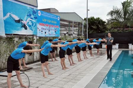 Tập huấn nghiệp vụ về chương trình bơi an toàn, phòng chống đuối nước trẻ em toàn quốc khu vực 2 - Ảnh 1.