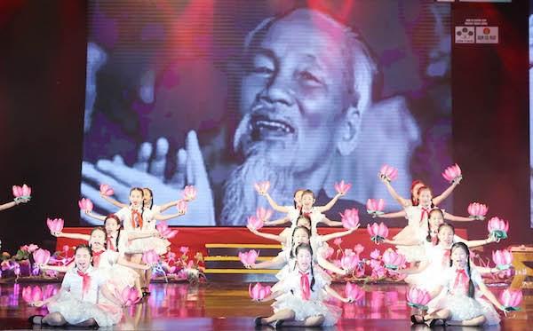 Quà tháng 5 dâng Người tái ngộ khán giả với lời hứa về một chương trình nghệ thuật cao, giàu cảm xúc ngọt ngào - Ảnh 3.