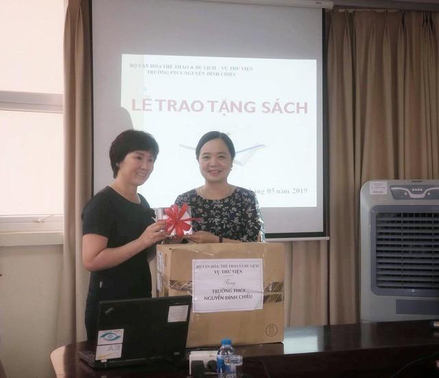 Vụ Thư viện trao tặng sách, đĩa cho học sinh trường PTCS Nguyễn Đình Chiểu - Ảnh 1.