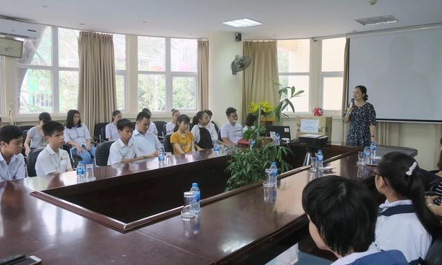 Vụ Thư viện trao tặng sách, đĩa cho học sinh trường PTCS Nguyễn Đình Chiểu - Ảnh 2.
