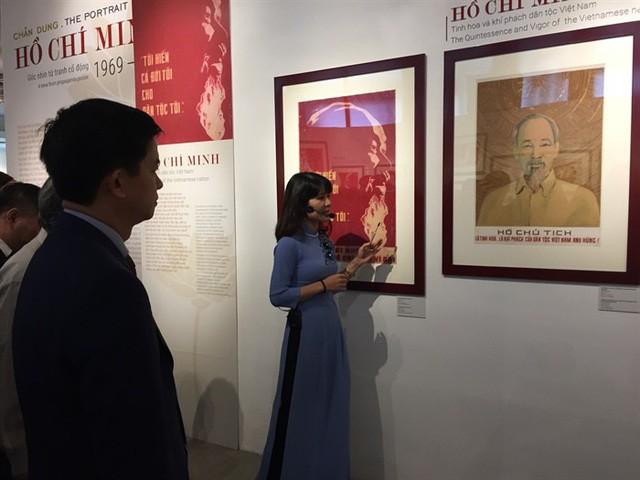 Triển lãm mỹ thuật kỷ niệm 129 năm Ngày sinh Chủ tịch Hồ Chí Minh - Ảnh 1.