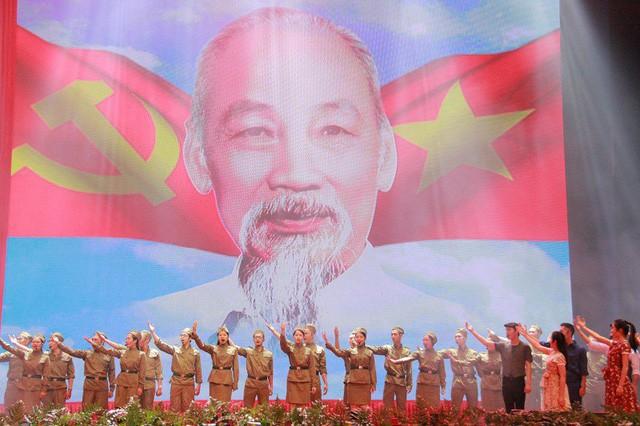 Chương trình Khúc khải hoàn kỷ niệm 129 năm sinh nhật Chủ tịch Hồ Chí Minh - Ảnh 1.