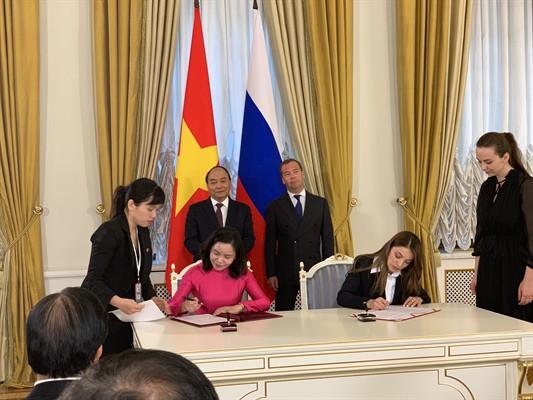 Thủ tướng Nguyễn Xuân Phúc và Thủ tướng Nga Medvedev chứng kiến lễ ký kết biên bản ghi nhớ về hợp tác trong lĩnh vực du lịch  - Ảnh 1.