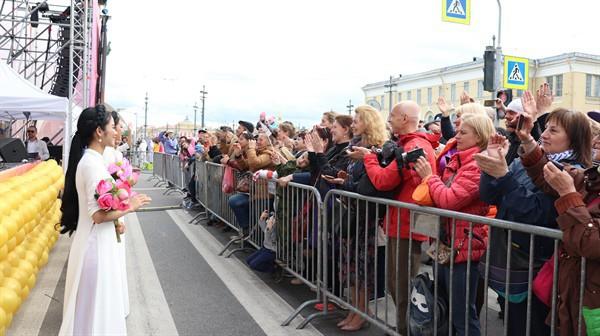 Hàn vạn khán giả tới xem nghệ sỹ Việt biểu diễn tại lễ kỷ niệm 316 năm thành lập thành phố St.Petersburg - Ảnh 9.