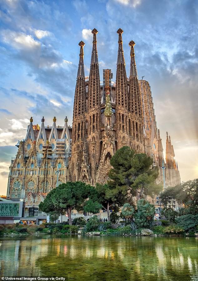 Sự thật về di sản thế giới Nhà thờ Sagrada Familia sau 137 xây dựng giờ mới được cấp phép - Ảnh 1.