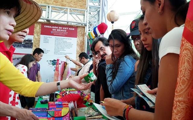 Ấn tượng Việt Nam tại Hội chợ quốc tế các nền văn hóa bạn bè - Ảnh 3.