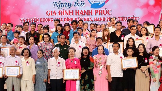 Tuyên dương 100 gia đình hạnh phúc tiêu biểu - Ảnh 1.