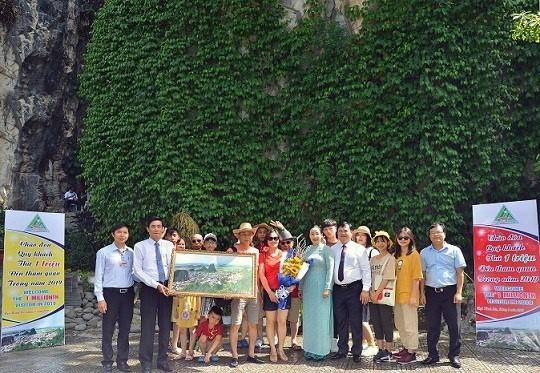 Khu du lịch Ngũ Hành Sơn đón vị khách thứ 1 triệu - Ảnh 1.