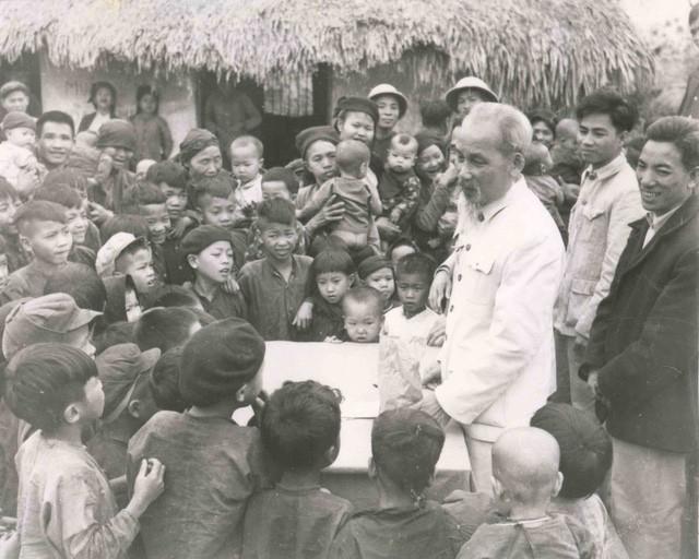 Muôn vàn tình yêu thương con người của Chủ tịch Hồ Chí Minh trong Di chúc - Ảnh 1.