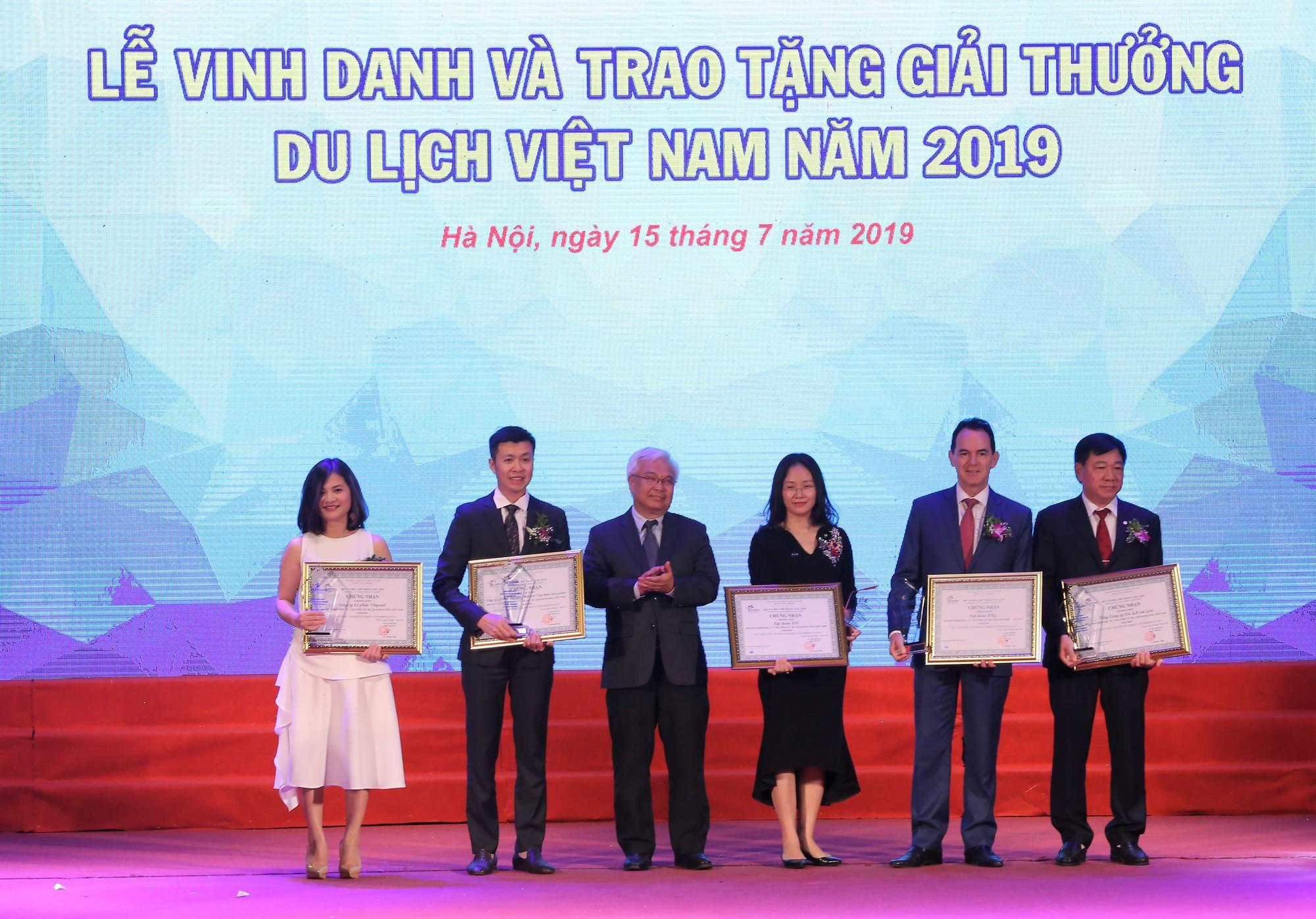 Chủ nhiệm Ủy ban Văn hóa, Giáo dục, Thanh niên, Thiếu niên và Nhi đồng của Quốc hội Phan Thanh Bình trao giải cho các doanh nghiệp kinh doanh trong lĩnh vực du lịch.