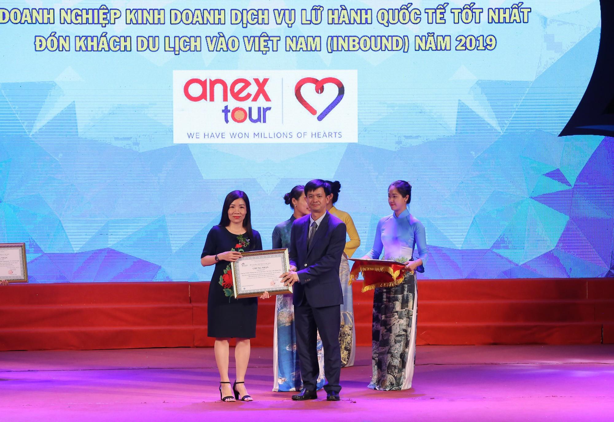 Thứ trưởng Bộ VHTTDL Lê Quang Tùng trao giải cho hạng mục doanh nghiệp kinh doanh lữ hành quốc tế tốt nhất.