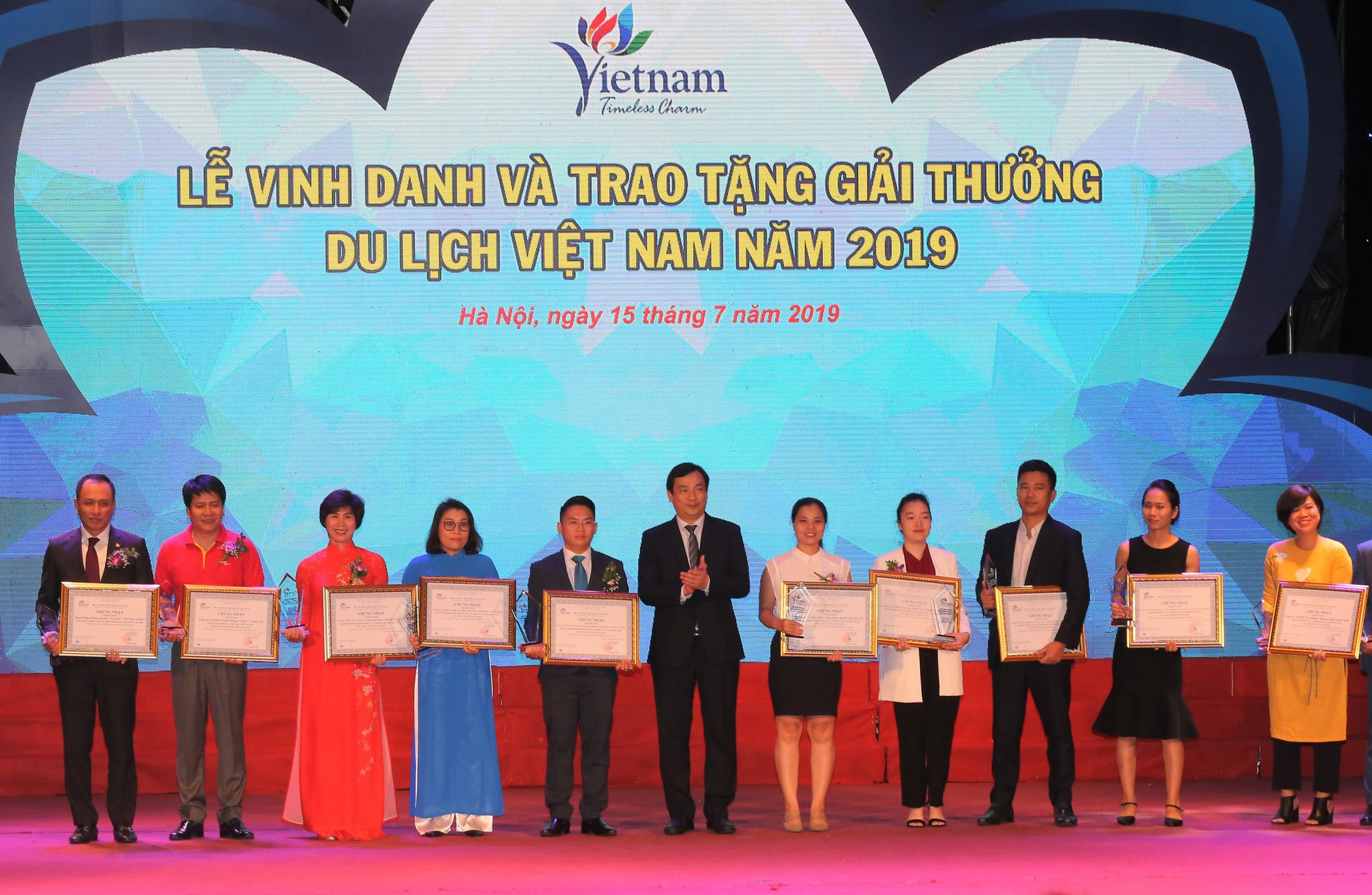 Tổng cục trưởng Tổng cục Du lịch Nguyễn Trùng Khánh trao giải cho doanh nghiệp kinh doanh vận tải khách du lịch đường thủy tốt nhất Việt Nam.