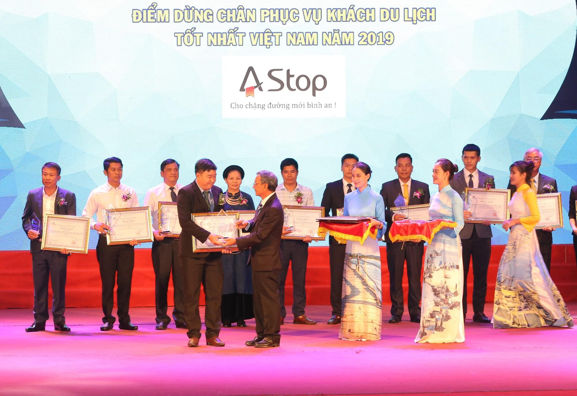 Chủ tịch Hiệp hội Du lịch Việt Nam Nguyễn Hữu Thọ trao giải cho các doanh nghiệp kinh doanh điểm dừng chân phục vụ khách du lịch.