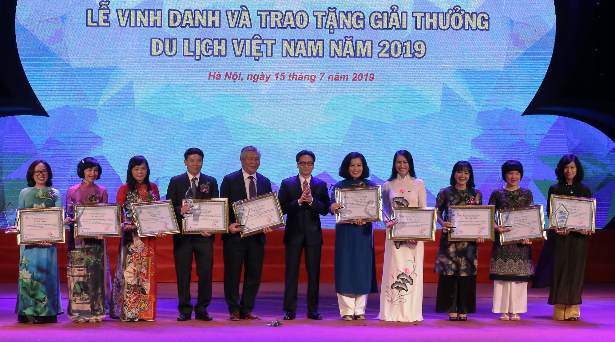 Phó Thủ tướng Vũ Đức Đam trao tặng giải thưởng cho đơn vị đào tạo nguồn nhân lực và truyền thông về du lịch.