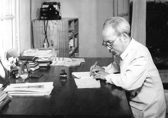 Về phong cách diễn đạt của Chủ tịch Hồ Chí Minh trong bản Di chúc lịch sử - Ảnh 1.