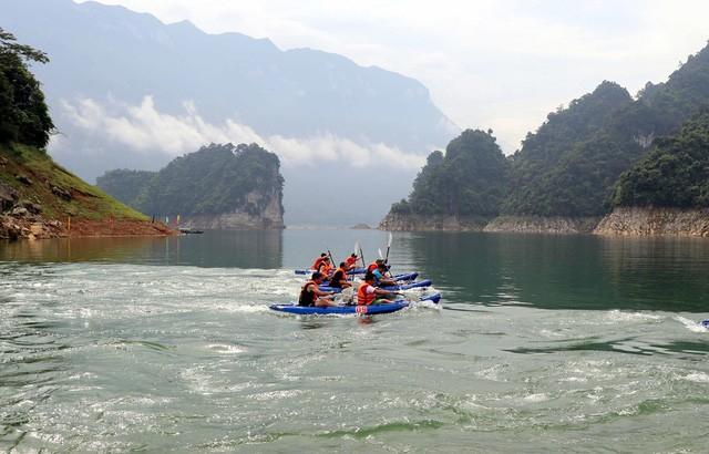 Sôi động Hội đua thuyền Kayak trên hồ thủy điện Tuyên Quang - Ảnh 1.