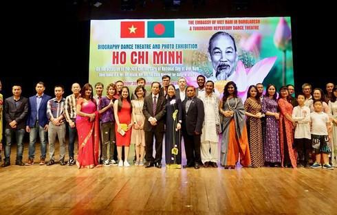 Nghệ sĩ Bangladesh trình diễn tác phẩm về cuộc đời của Chủ tịch Hồ Chí Minh - Ảnh 1.