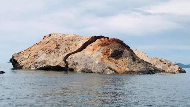 Bão lớn đánh vỡ đôi đảo đá nổi tiếng Thái Lan - Ảnh 1.