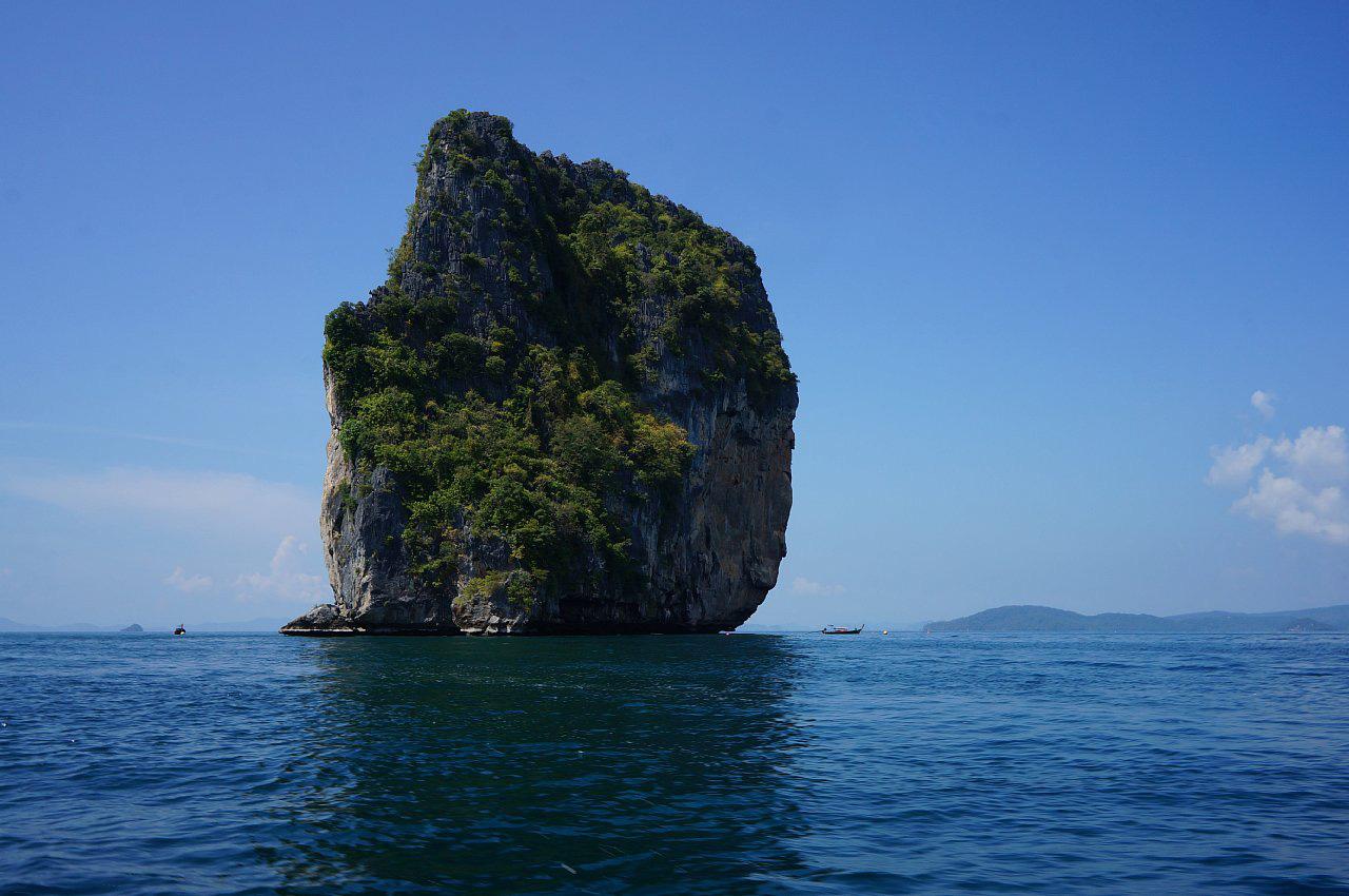 Bão lớn đánh vỡ đôi đảo đá nổi tiếng Thái Lan - Ảnh 2.