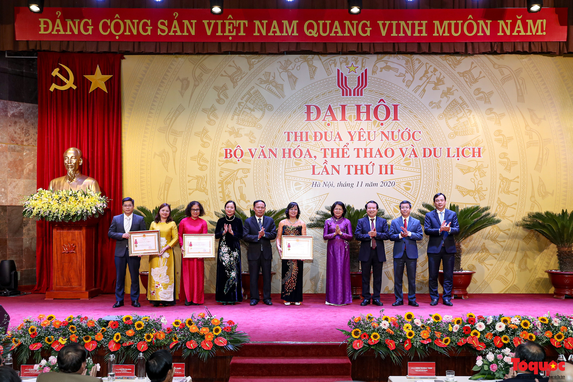 Thay mặt lãnh đạo Đảng, Nhà nước, Phó Chủ tịch nước Đặng Thị Ngọc Thịnh đã trao Huân chương Lao động cho các đơn vị có thành tích xuất sắc trong phong trào thi đua yêu nước của Bộ VHTTDL giai đoạn 201